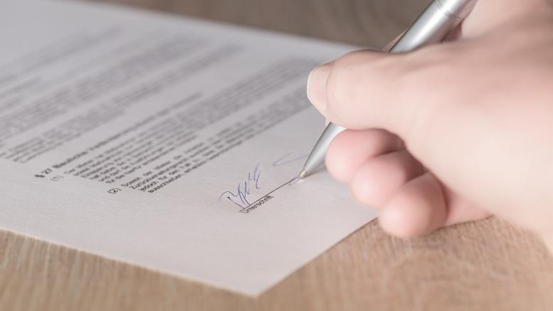 Die Tinte ist trocken. Diego Simeone hat einen neuen Vertrag bei Atlético Madrid unterschrieben.